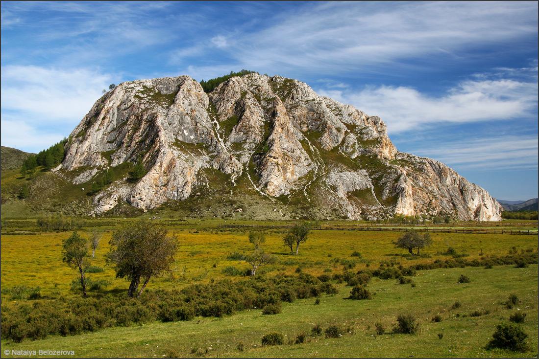 Скала с Усть-канской пещерой