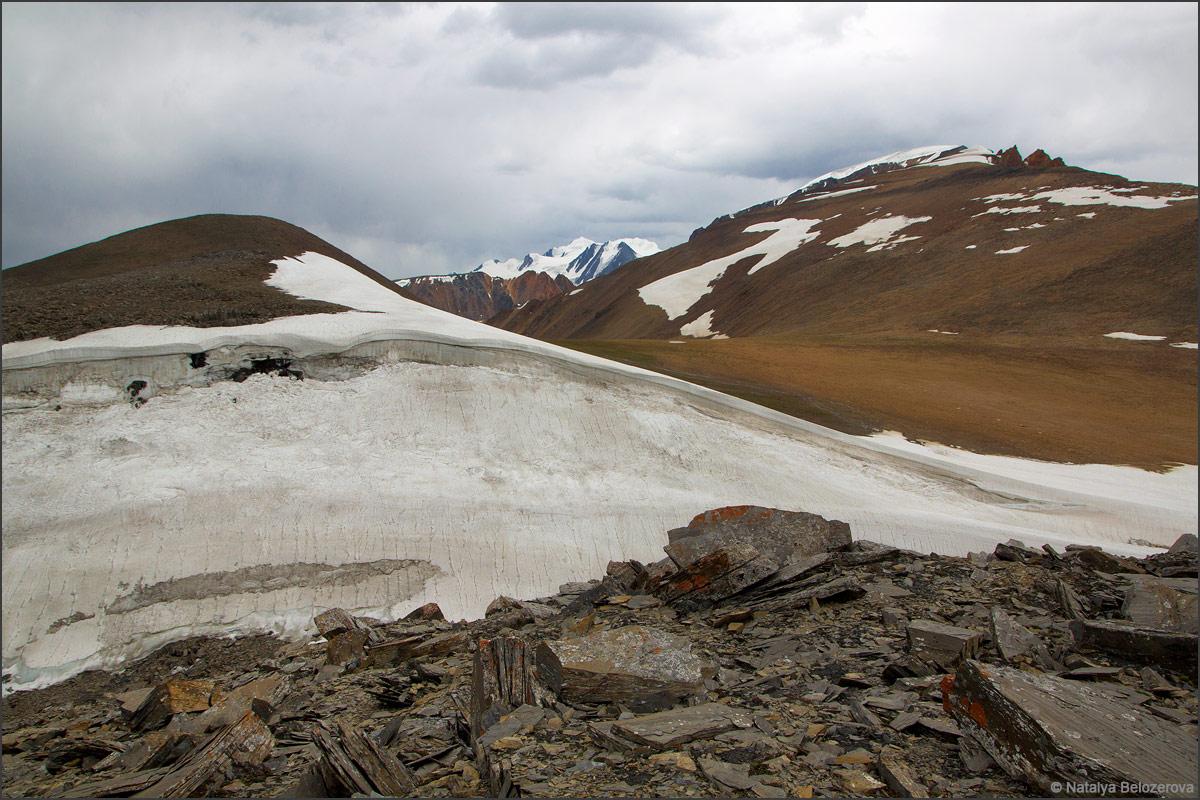 Снежник на подходах к перевалу Эренбурга