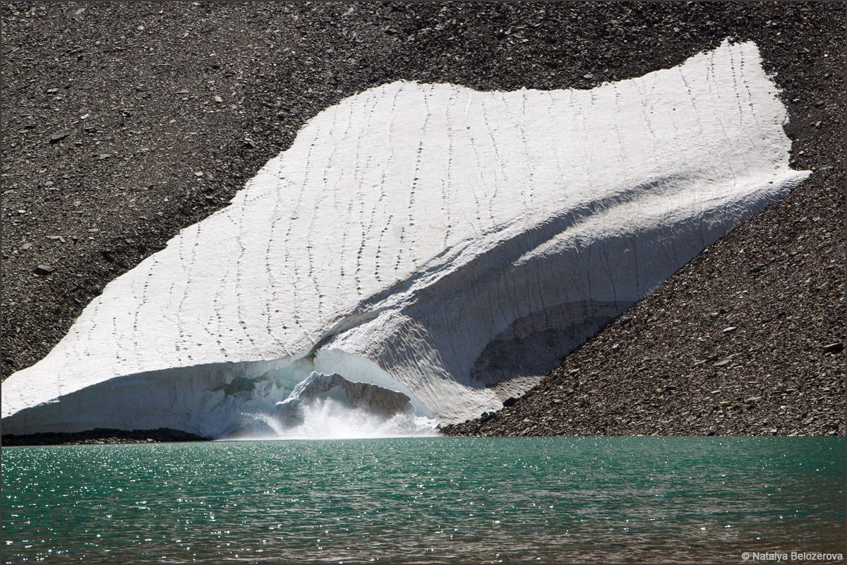 Обрушение снежника на озере Паспалагачиоюк