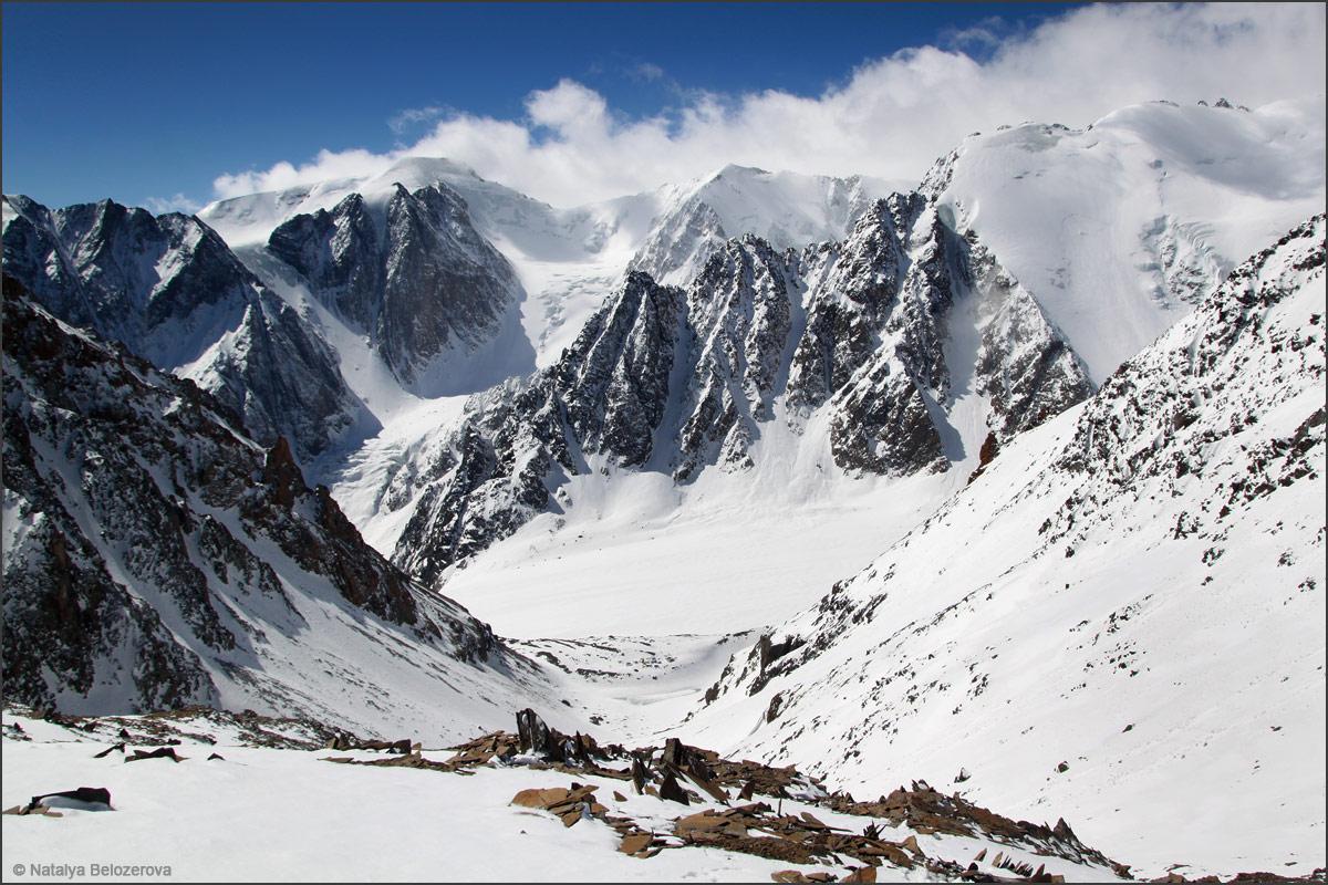 Долина Актру в подъема на перевал Значкистов