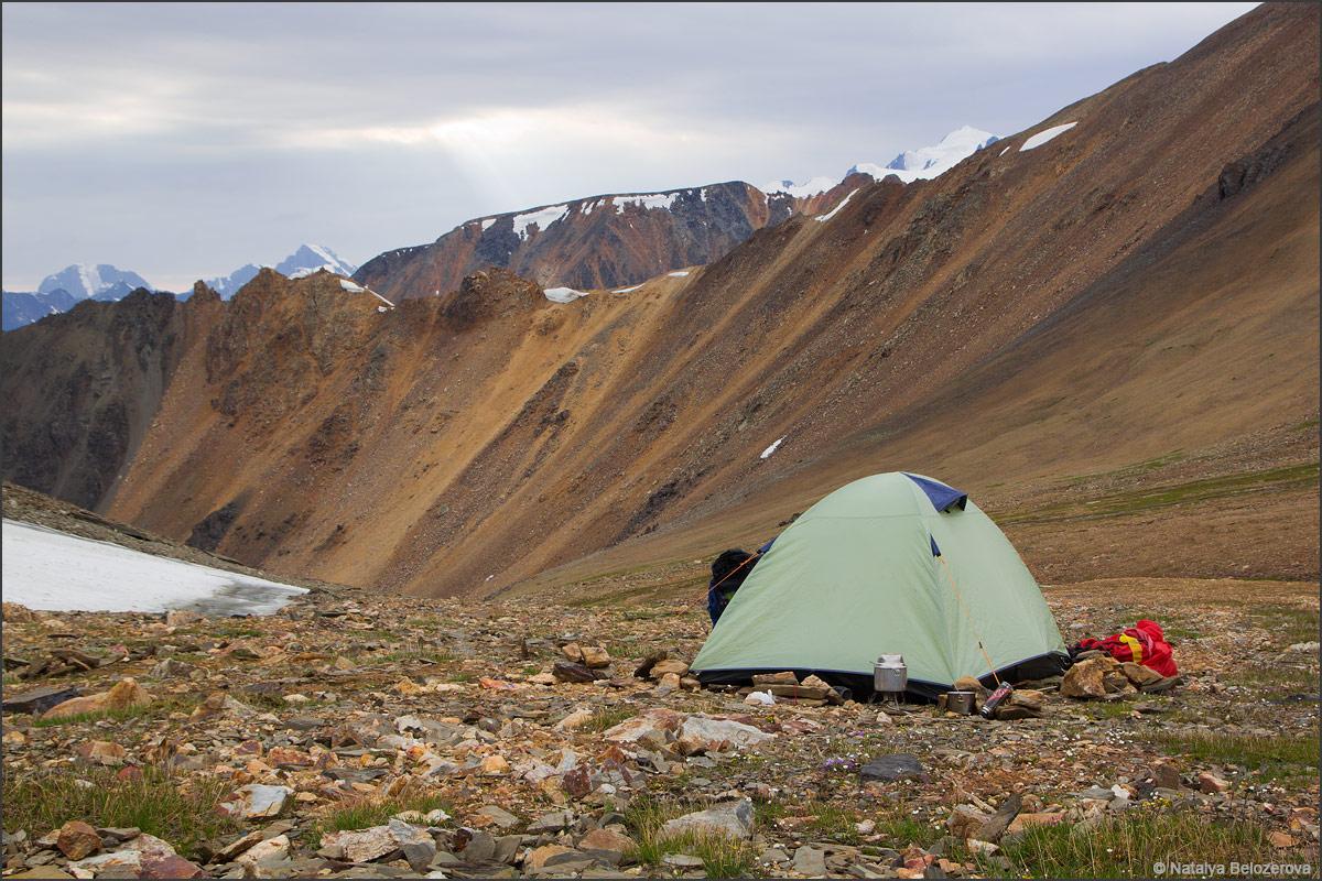 Лагерь под перевалом Эренбурга. Вдали перевал Томич