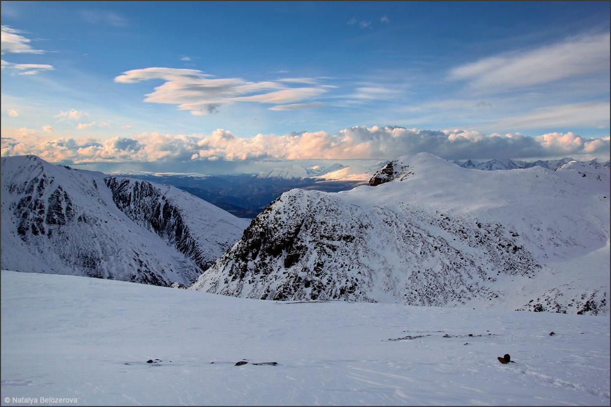 В сторону Курайской степи от ледника Водопадный
