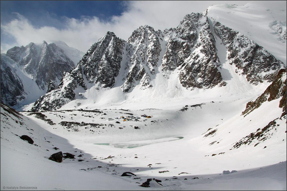Голубое озеро с подъема к перевалу Значкистов