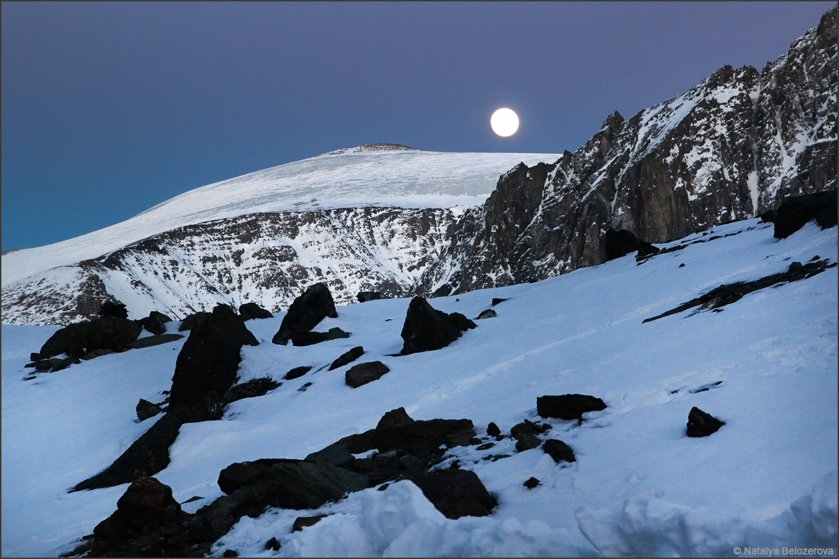 Луна над Куполом со стоянки на Голубом озере