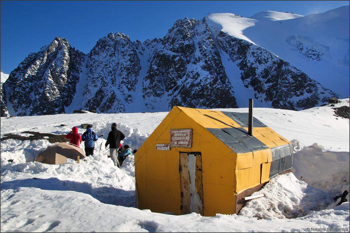 Домик гляциологов на Голубом озере в Актру