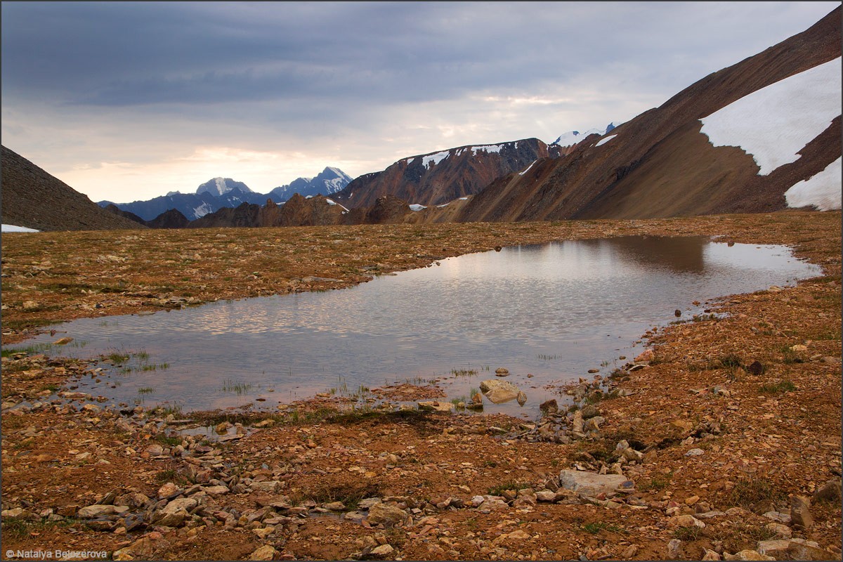 Озерцо под перевалом Эренбурга. Вдали перевал Томич